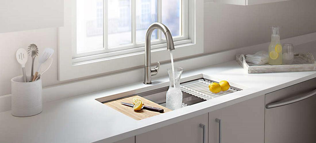фото кухонной мойки на белой кухне